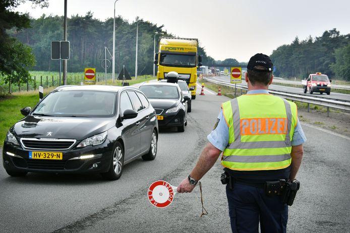 Regelmatig worden grote controles gehouden bij de grensovergang De Lutte. Dit keer werd een Duitser met een vervalst rijbewijs aangehouden.