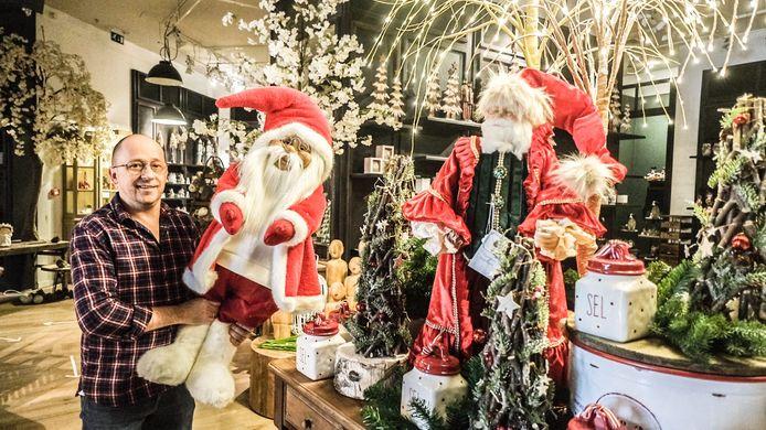 Mario Dhont in M Feelgood Store, in het winkelcentrum K. Je kan er al kerstversiering kopen, 145 dagen voor Kerstmis...
