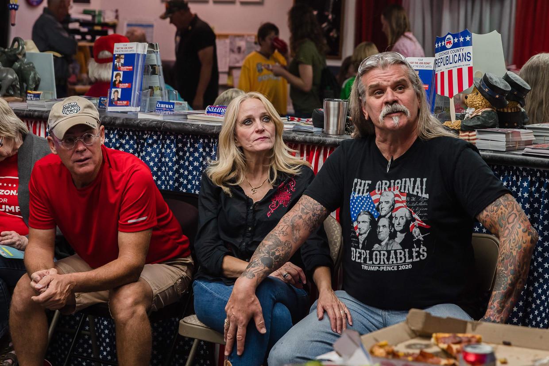 Aanhangers van Donald Trump volgen het tellen van de stemmen in Sierra Vista, Arizona.