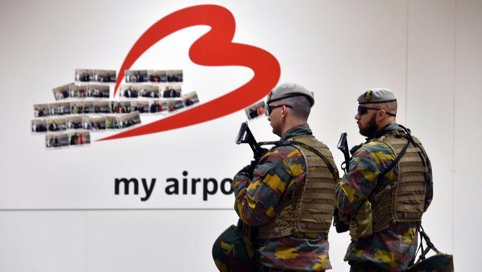 Militairen op de eerste dag van de heropening van Brussels Airport.
