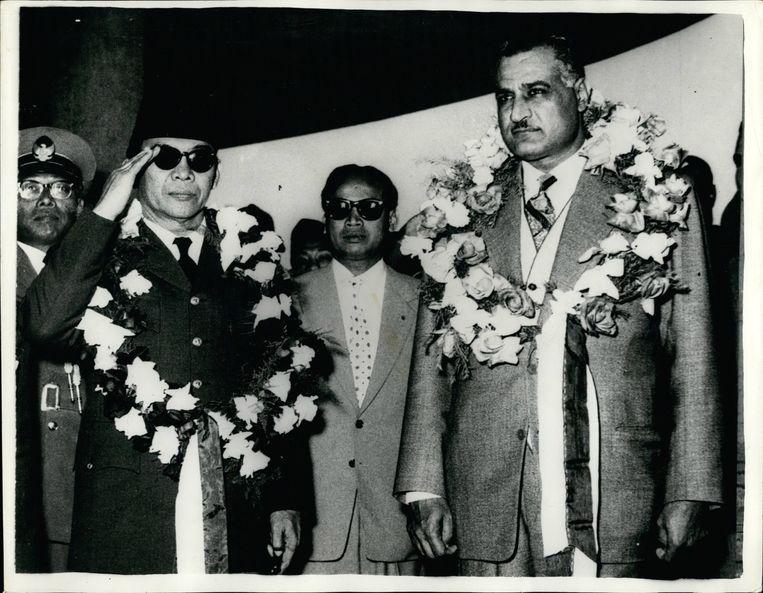 Soekarno, president van Indonesië (l.), met Egyptisch president Nasser in Caïro, 1962. Beeld BELGAIMAGE