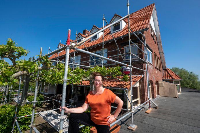 """Liza du Pré bij De Sprok. ,,Ik ga gewoon verder en daarom staat het gebouw sinds vorige week in de steigers om gerenoveerd te worden."""""""
