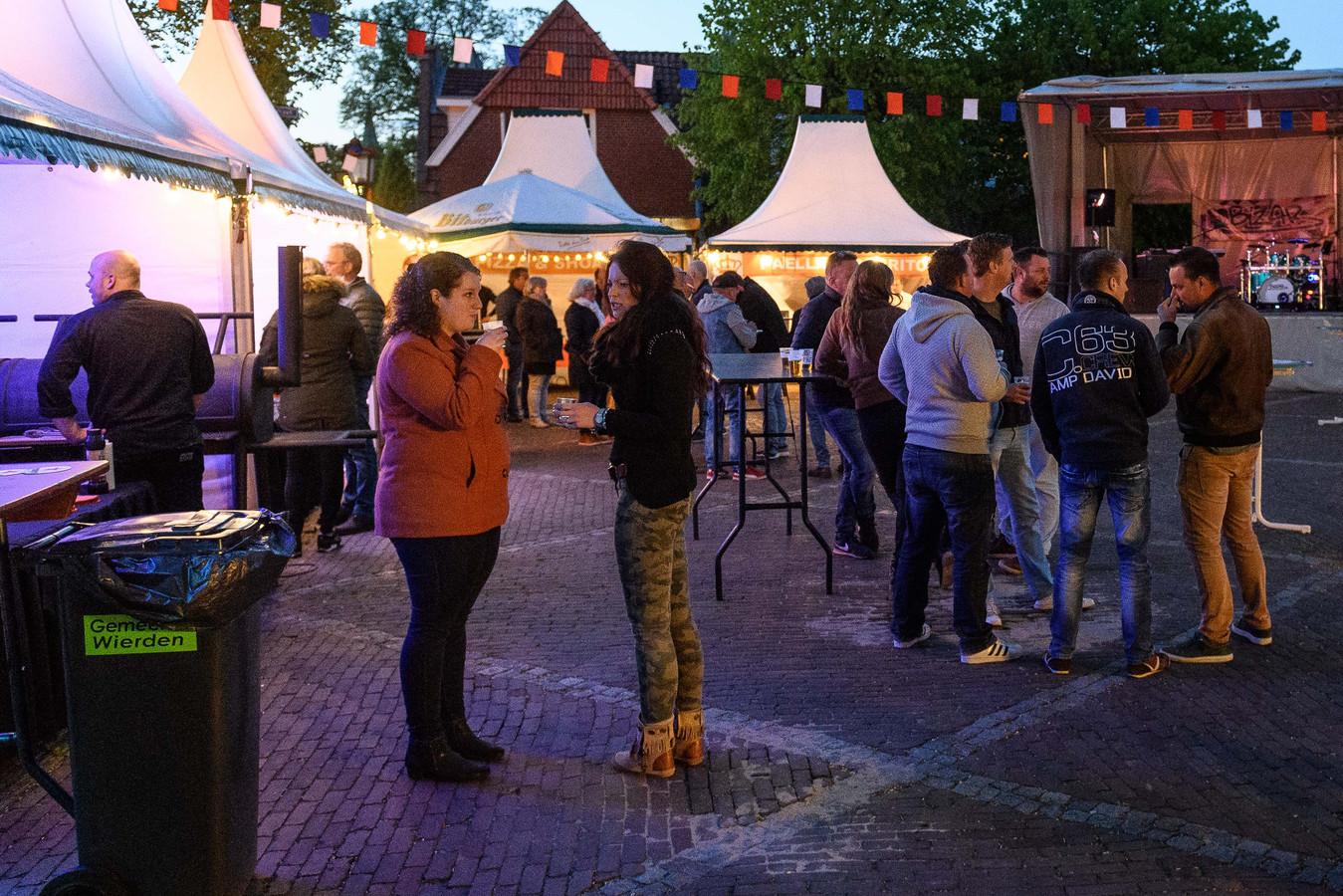 Een flexibele tent is een uitkomst als het regent bij activiteiten op het Enterse Dorpsplein.