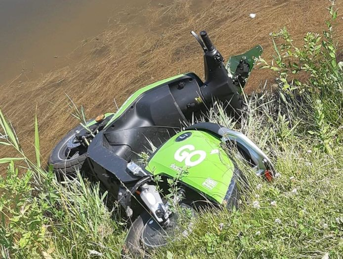 In het water gegooide scooter van Go Sharing in Breda.