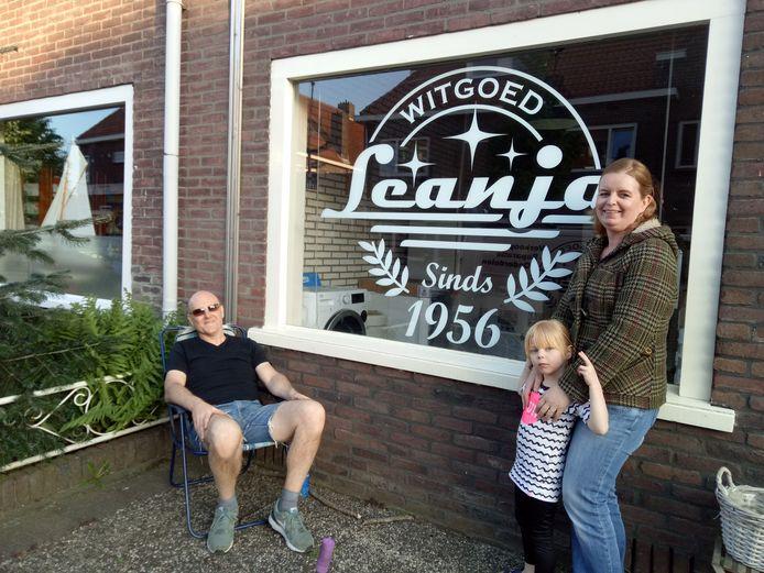 Erwin, Rosa en Karin in de voortuin voor hun witgoedzaak Leanja.