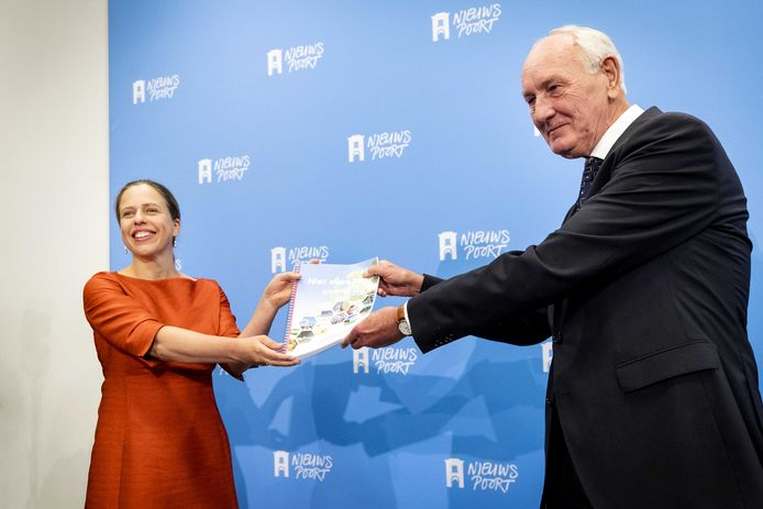 Minister Carola Schouten (Landbouw, Natuur en Voedselkwaliteit) ontvangt uit handen van voorzitter Johan Remkes  het eindrapport van het Adviescollege Stikstofproblematiek.