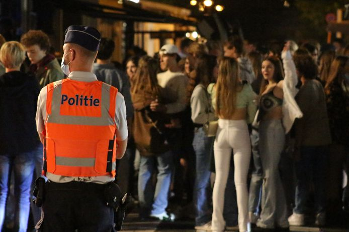 Politie Knokke-Heist controleert extra aan het Alfred Verweeplein om overlast van Nederlandse tieners tijdens het uitgaan tegen te gaan