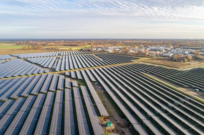 Het eerste zonnepark aan de Aadijk is anderhalf jaar geleden in gebruik genomen.