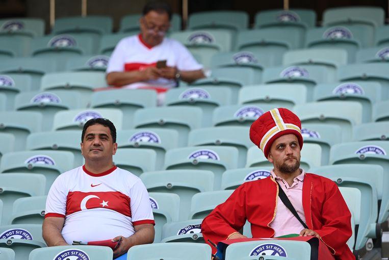 Bedremmelde Turkse fans in het stadion van Bakoe na de nederlaag tegen Wales. Beeld Pool via REUTERS
