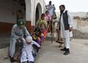Sardar Jan Mohammad Khilji met een deel van zijn 35 kinderen.