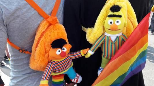 Ook Bert en Ernie gaan hand in hand tijdens de manifestatie Hand in Hand voor Diversiteit in Eindhoven.