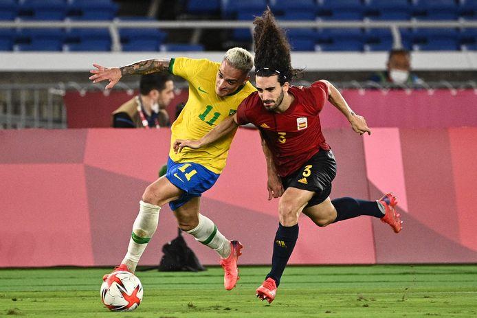 Antony in duel met de Spaanse linksback Marc Cucurella tijdens de olympische finale in Yokohama.