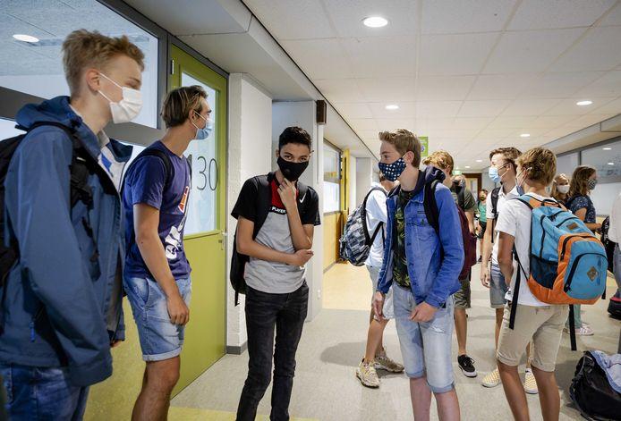 Leerlingen van het Mendel College dragen een mondkapje op de eerste schooldag.