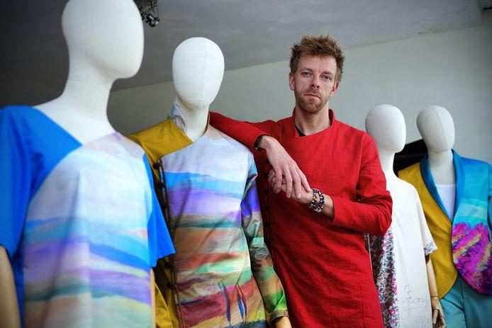 Zelfstandig kledingontewerper Ward Warmoeskerken in zijn atelier.