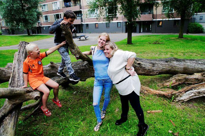 Leonie (met jeans) en Cynthia zijn buren aan de Ariaweg.