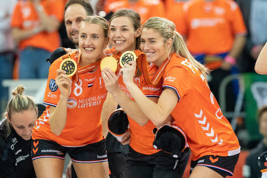 EstavanaPolman (r) viert de gouden medaille in Japan.