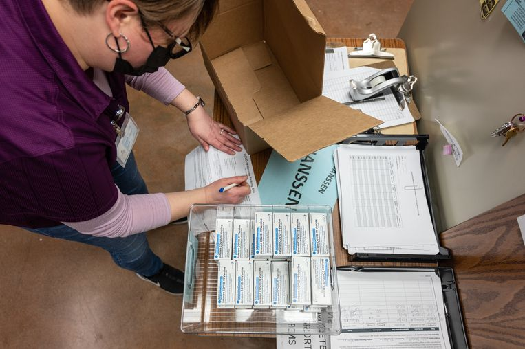 Een gezondheidsmedewerker in Louisville (VS) inventariseert een doos met Janssen-vaccins. Beeld Getty Images