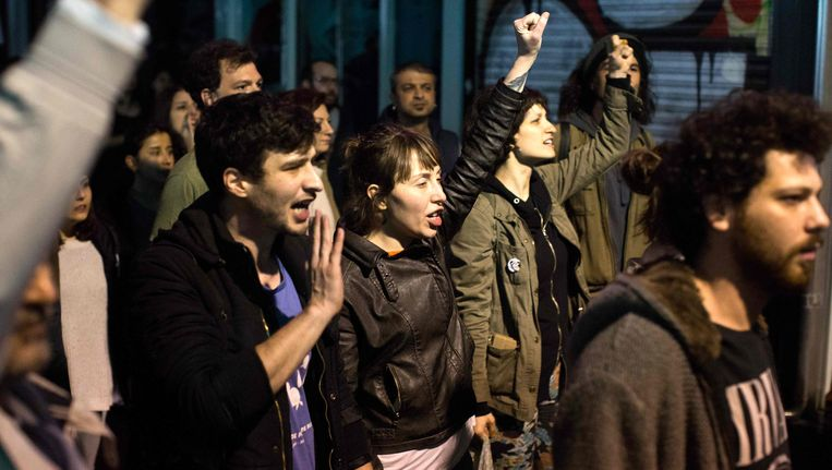 Turken protesteren tegen de uitslag van het referendum in Istanbul. Beeld AFP