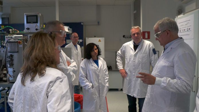Overleg in het Leidse lab van Janssen Vaccines, waar een coronavaccin wordt ontwikkeld.