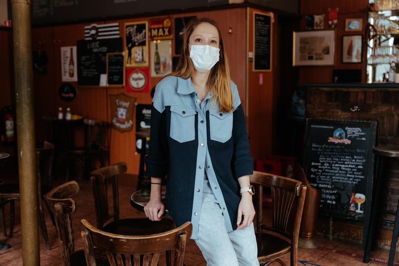 Godelinde Pieters in café Bornhem in Gent. 'Ik ga een happy hour organiseren. En ik bied ook wat extra hapjes aan.' Beeld Damon De Backer