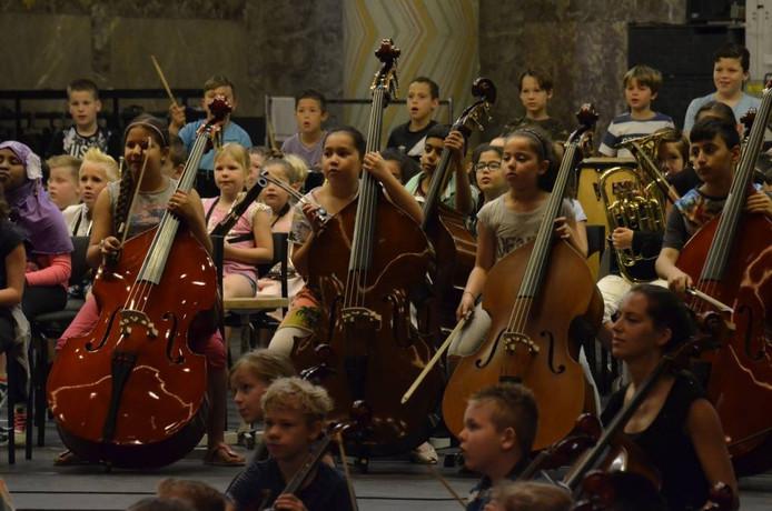 Foto van de repetitie die afgelopen week plaatsvond in Theater De Maagd. Een indrukwekkend moment met zoveel kids die muziek maken. Foto Theater De Maagd