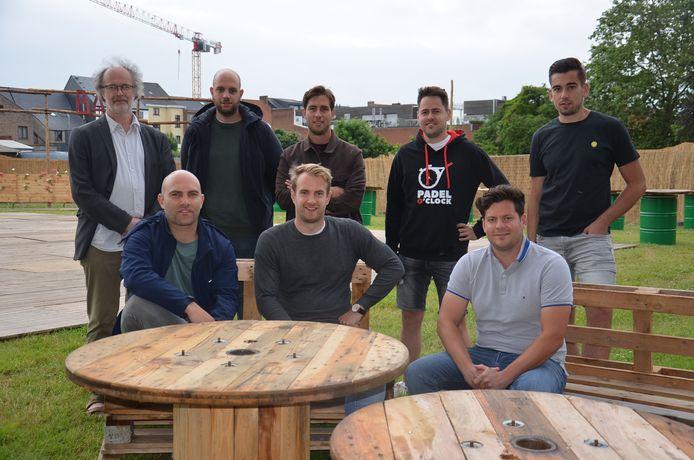 Het team van Tatkraft en cultuurcoördinator Ben Schokkaert in pop-uparena 'Inghelant' op de vroegere OCMW-site in Ninove.
