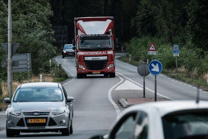 De Drieheuvelenweg bij Zeddam. De weg wordt zo snel mogelijk veel smaller gemaakt  en er gaat een maximum snelheid van 60 kilometer per uur gelden. In de bebouwde kom in 's-Heerenberg  geldt straks een limiet van 30 kilometer per uur.