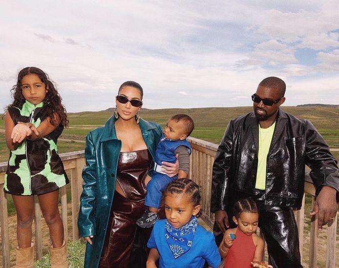 Kim Kardashian en Kanye West met hun kinderen