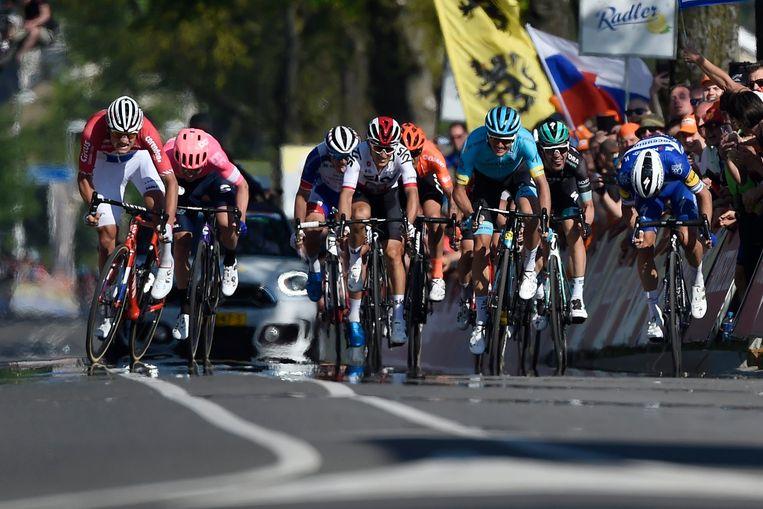 De aankomst van de Amstel Gold Race, met Mathieu van der Poel (links) als winnaar. Beeld Photo News