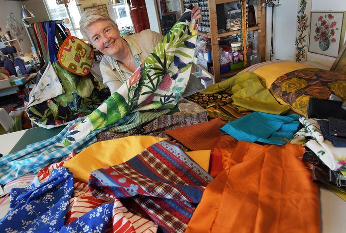 Olga Ellerman maakt een vlag voor Culemborg met stukjes stof die door Culemborgers worden aangeleverd.
