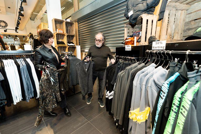Ondernemers Patricia en Ton Kelders dreigden hun modezaak Forza in Maarssen en Nieuwegein vandaag te openen.  Beeld Koen Laureij