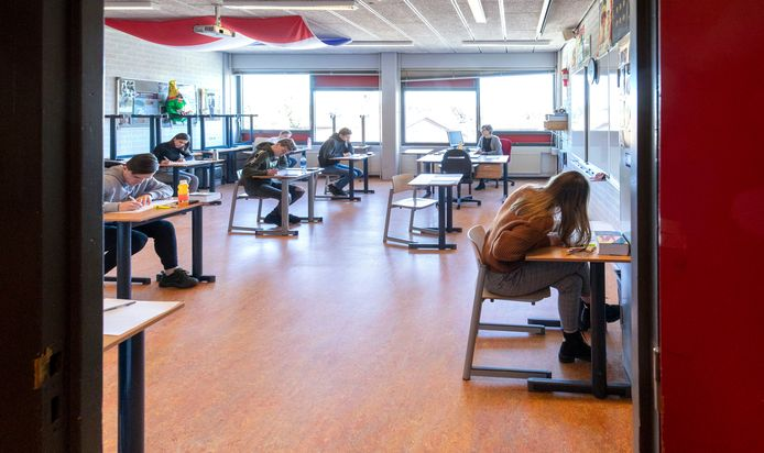 Schoolexamens op Het Streek Lyceum in Ede maandag, voordat het kabinet strengere regels afkondigde in de strijd tegen het coronavirus.