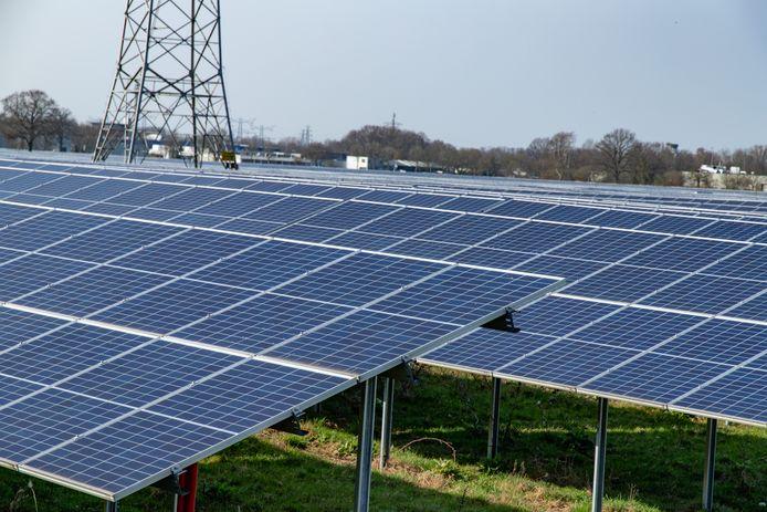 Op veel plaatsen wordt landbouwgrond opgeofferd aan zonnepanelen.