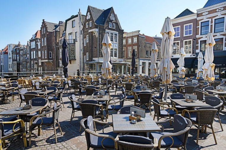De terrasje staan klaar in het oude deel van de stad, klaar voor het toerisme.  Beeld Guus Dubbelman / de Volkskrant