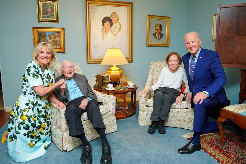 De foto van Jill (links) en Joe Biden (rechts) naast Jimmy Carter en diens echtgenote Rosalynn leidde tot veel verwonderde reacties.  Beeld AP