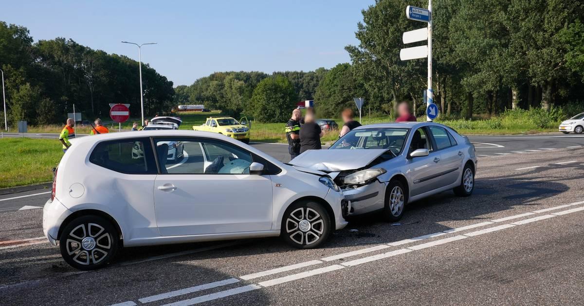 Ongeluk met vier voertuigen op A50 bij Ravenstein, één vrouw naar ziekenhuis.
