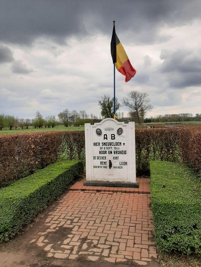 De vlaggen aan de graven en monumenten voor gesneuvelden uit WO II werden geplaatst door NSB Waasmunster.