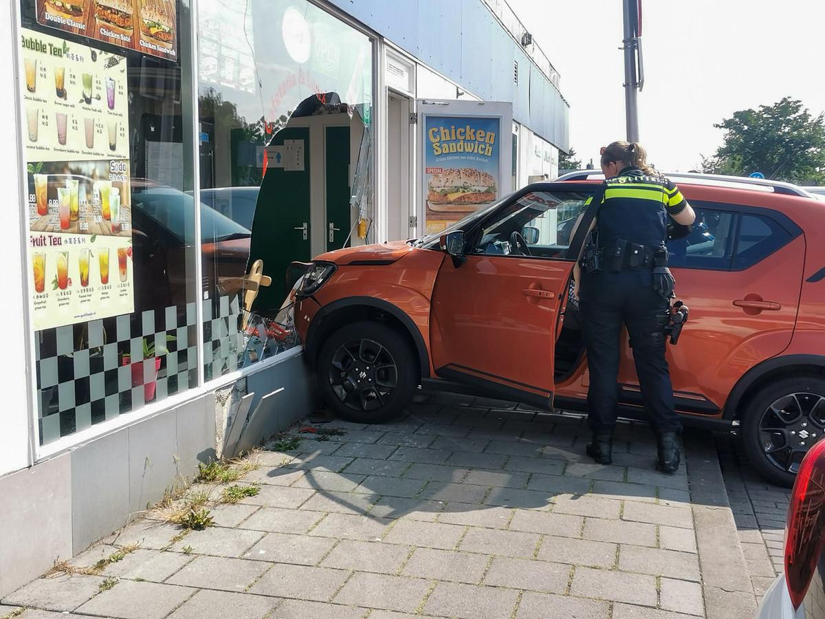 Een automobilist heeft dinsdagmiddag de ruit van cafetaria Happy House in Zwijndrecht aan diggelen gereden. Niemand raakte gewond, maar er is wel veel blikschade.