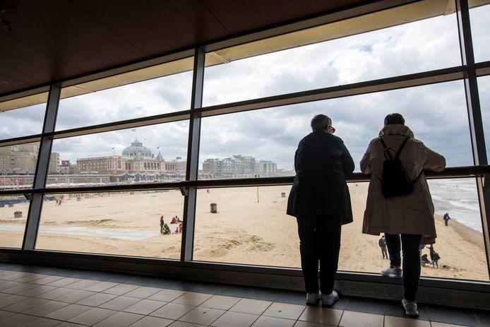 Toeristen genieten van het uitzicht dat de Pier te bieden heeft.