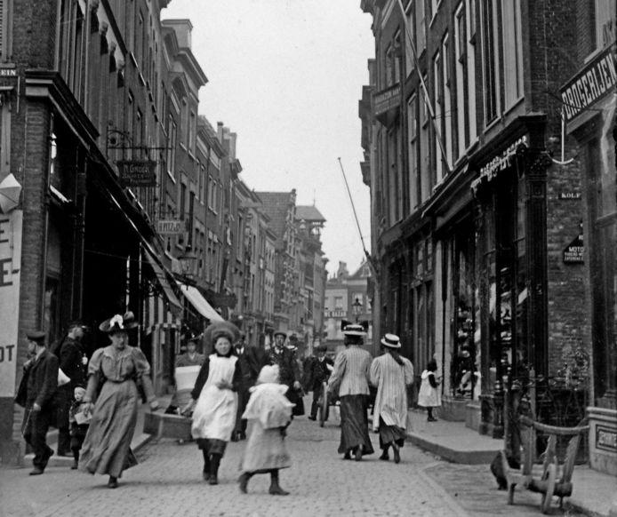 De Voorstraat circa 1910. Rechts drogerij het Vergulde Anker,  mét anker.