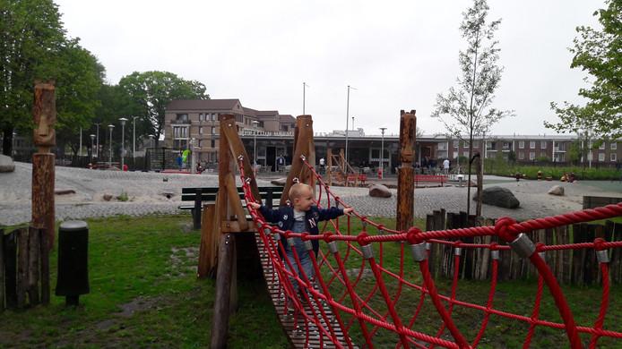 Nick Verbakel speelt, met op de achtergrond het nieuwe paviljoen.