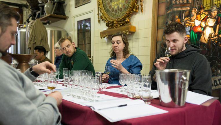 De cursisten van de Geneverschool krijgen verschillende halffabricaten en distillaten te ruiken en te proeven. Beeld Maarten Steenvoort