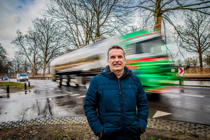 Verkeersdeskundige Robbert Volker van het Dierense bureau De Groot Volker aan de weg langs het Apeldoorns Kanaal
