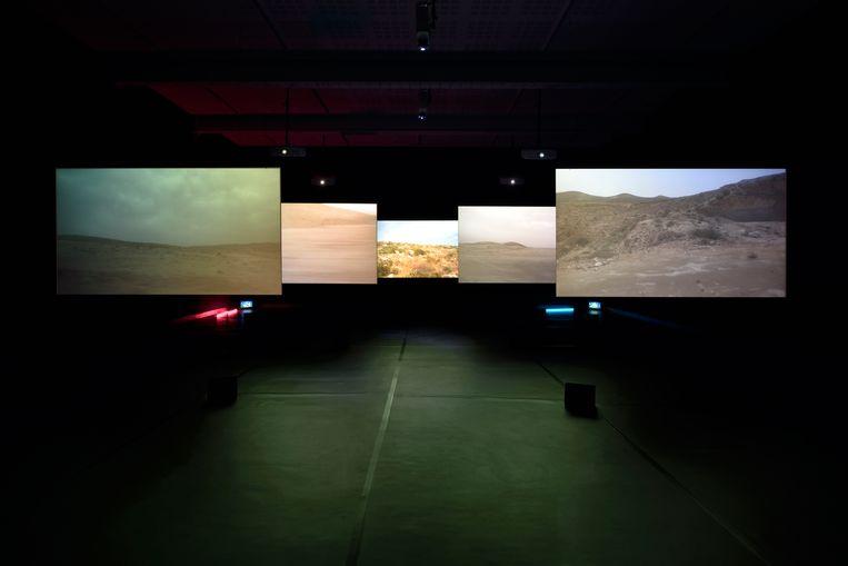 Akermans laatste installatie Now telt vijf schermen; er wordt ook op de vloer geprojecteerd.  Beeld Rebecca Fanuele