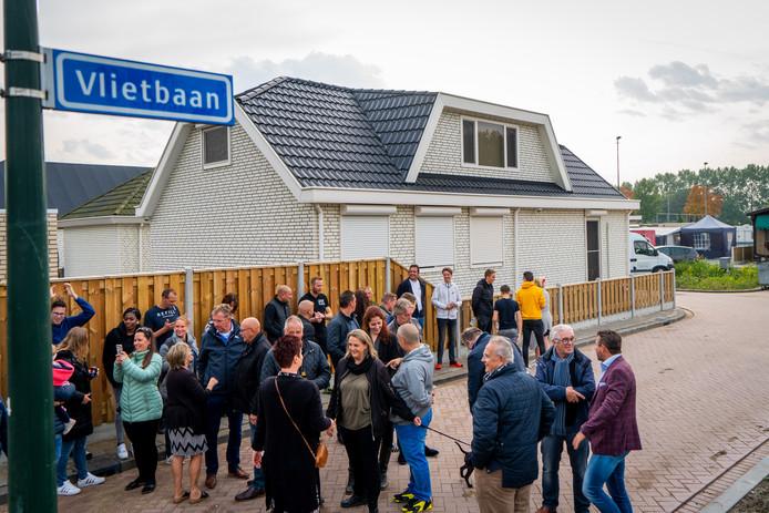 Met de onthulling van een straatnaambord is het nieuwe woonwagenkamp in Alblasserdam officieel geopend.