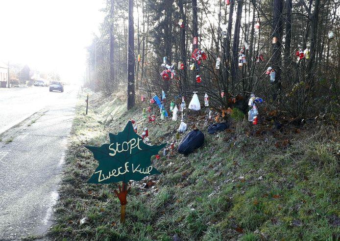 'Stop Zwerfvuil' staat te lezen bij een met zwerfafval aangeklede boom in Herenthout
