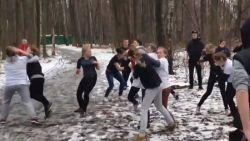 Russische en vrouwelijke hooligans gaan 'als training' elkaar te lijf