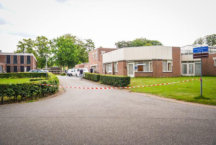 De politie doet onderzoek op het terrein van De Grote Beek in Eindhoven. Een man doodde er een medepatiënt.