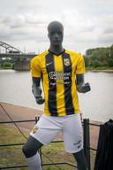Het nieuwe Vitesseshirt, met de nieuwe sponsors.