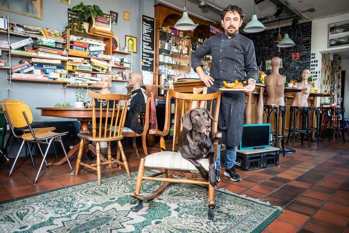 Vijf fotografen trokken door de stad om de koks vast te leggen: zoals Remco den Dunnen van café Berlijn met zijn hond Puck.